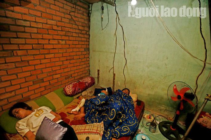 Vợ chồng chết dưới bánh container, 3 trẻ chơi vơi trong đêm đầu thiếu hơi cha mẹ - Ảnh 8.