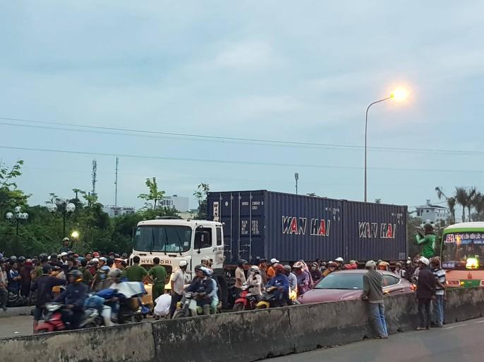 Xe container tông 18 xe máy dừng đèn đỏ ở Long An, 4 người chết, 18 người bị thương - Ảnh 8.