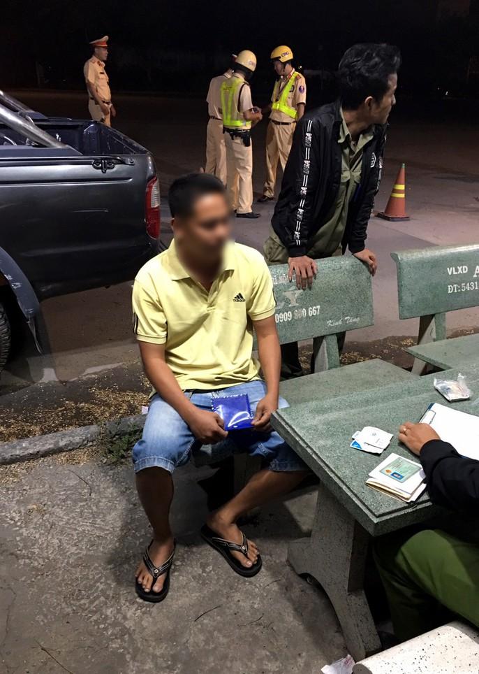 2 tài xế dương tính với ma túy chạy xe container trên đường Nguyễn Văn Linh - Ảnh 1.