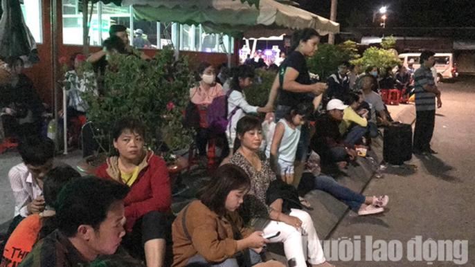Kẹt xe cầu Mỹ Thuận gây khốn khổ cho khách ở... bến xe Cần Thơ - Ảnh 1.
