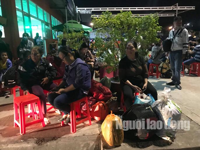Kẹt xe cầu Mỹ Thuận gây khốn khổ cho khách ở... bến xe Cần Thơ - Ảnh 3.