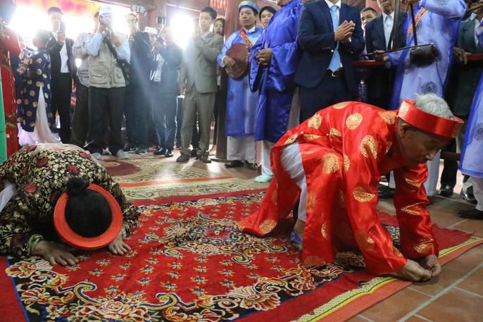 """Độc đáo nghi lễ rước """"cụ sống"""" ở Quảng Ninh - Ảnh 12."""