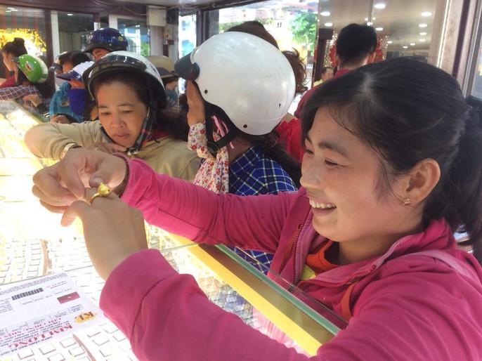 Giá vàng nhảy múa khi dân các tỉnh thành đổ xô mua vàng ngày Thần Tài - Ảnh 10.