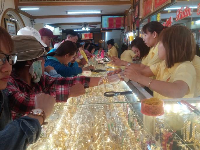 Giá vàng nhảy múa khi dân các tỉnh thành đổ xô mua vàng ngày Thần Tài - Ảnh 2.
