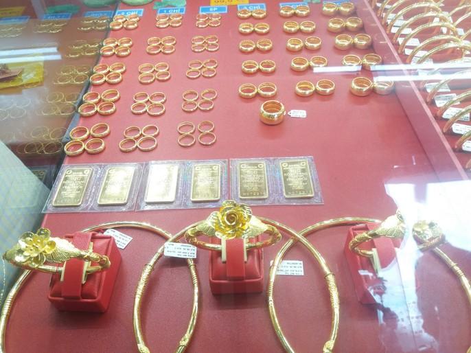 Giá vàng nhảy múa khi dân các tỉnh thành đổ xô mua vàng ngày Thần Tài - Ảnh 1.