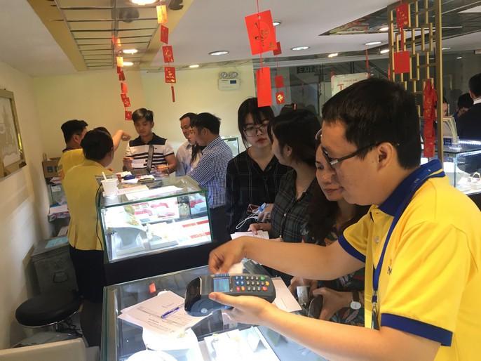 Dân công sở đội nắng, bỏ cả cơm trưa để mua vài chỉ vàng cầu may - Ảnh 3.