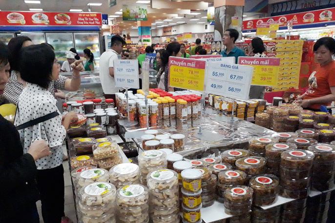 Người dân ùn ùn vào siêu thị sắm Tết, chợ truyền thống thưa vắng - Ảnh 9.