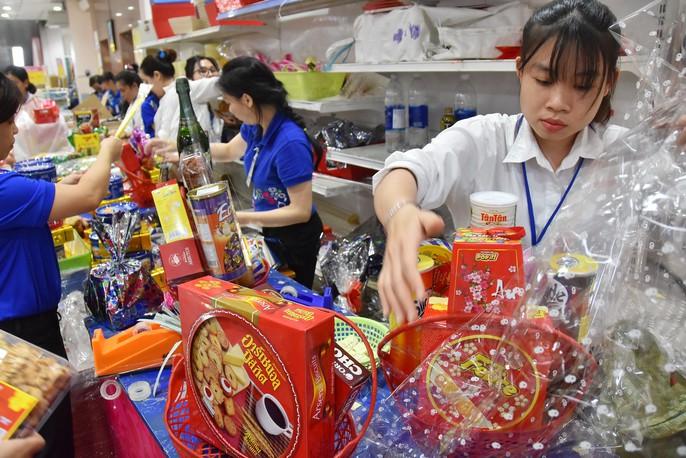 Người dân ùn ùn vào siêu thị sắm Tết, chợ truyền thống thưa vắng - Ảnh 8.