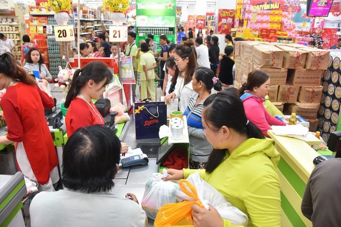 Người dân ùn ùn vào siêu thị sắm Tết, chợ truyền thống thưa vắng - Ảnh 3.