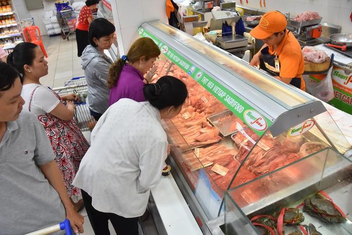 Người dân ùn ùn vào siêu thị sắm Tết, chợ truyền thống thưa vắng - Ảnh 4.