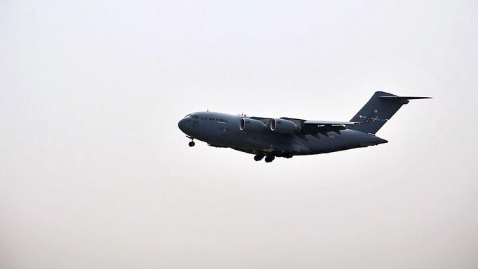 Cận cảnh ngựa thồ C-17 chở trực thăng của Tổng thống Donald Trump đến Nội Bài - Ảnh 1.
