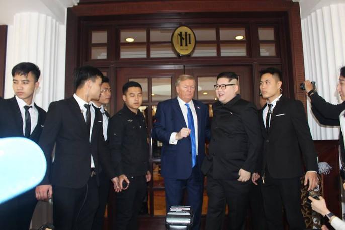 Bản sao Donald Trump và Kim Jong-un bất ngờ cùng nhau bước vào khách sạn Metropole - Ảnh 1.
