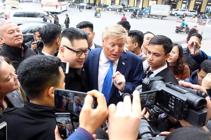 Bản sao Donald Trump và Kim Jong-un bất ngờ cùng nhau bước vào khách sạn Metropole - Ảnh 2.