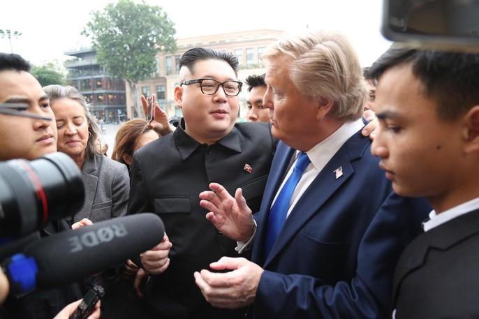 Bản sao Donald Trump và Kim Jong-un bất ngờ cùng nhau bước vào khách sạn Metropole - Ảnh 8.