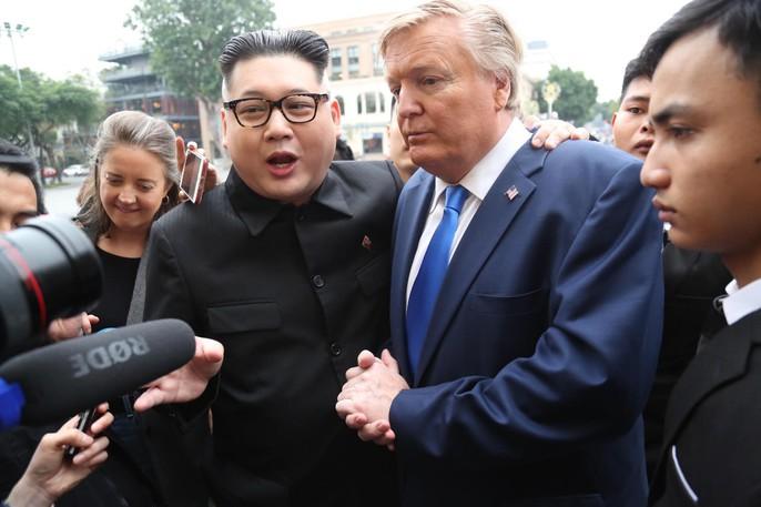 Bản sao Donald Trump và Kim Jong-un bất ngờ cùng nhau bước vào khách sạn Metropole - Ảnh 13.