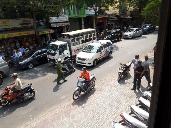 [VIDEO] - Giành đường đánh nhau náo loạn trung tâm TP HCM - Ảnh 6.