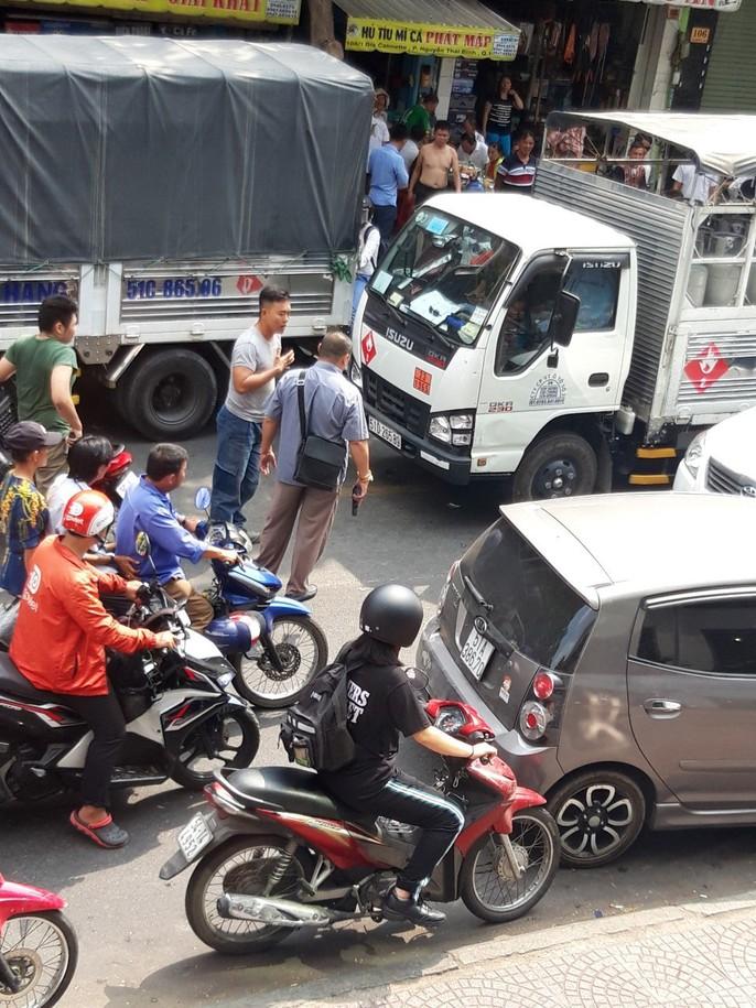 [VIDEO] - Giành đường đánh nhau náo loạn trung tâm TP HCM - Ảnh 4.