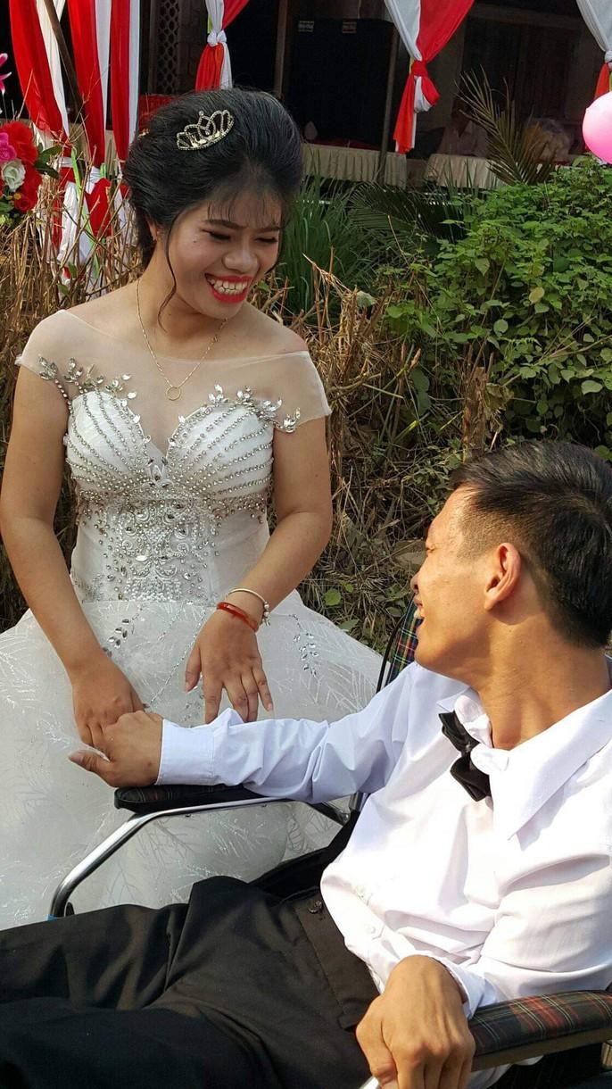 Lễ cưới trên xe lăn lay động hàng triệu trái tim - Ảnh 8.