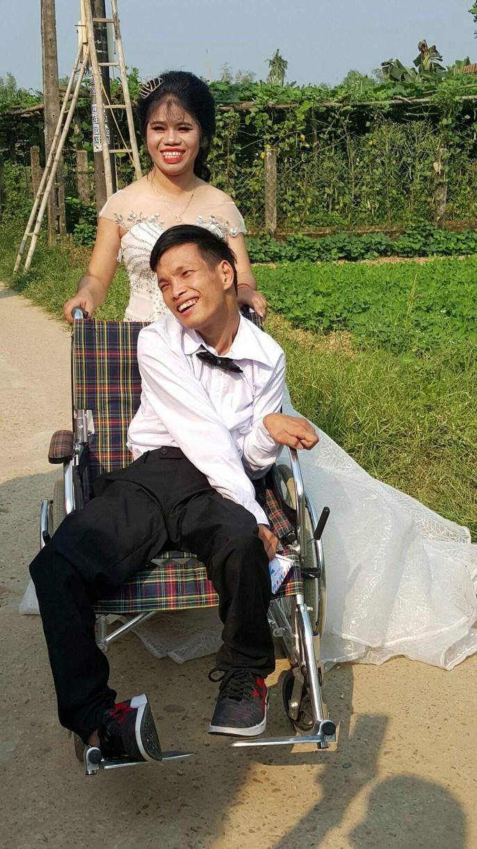 Lễ cưới trên xe lăn lay động hàng triệu trái tim - Ảnh 7.