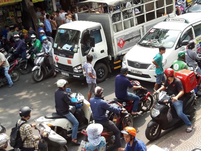 [VIDEO] - Giành đường đánh nhau náo loạn trung tâm TP HCM - Ảnh 2.