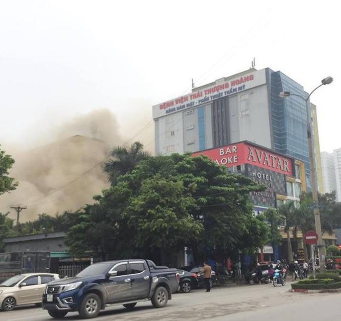 Clip, ảnh cháy lớn tại tổ hợp khách sạn, bar, kaoraoke cạnh bệnh viện - Ảnh 2.