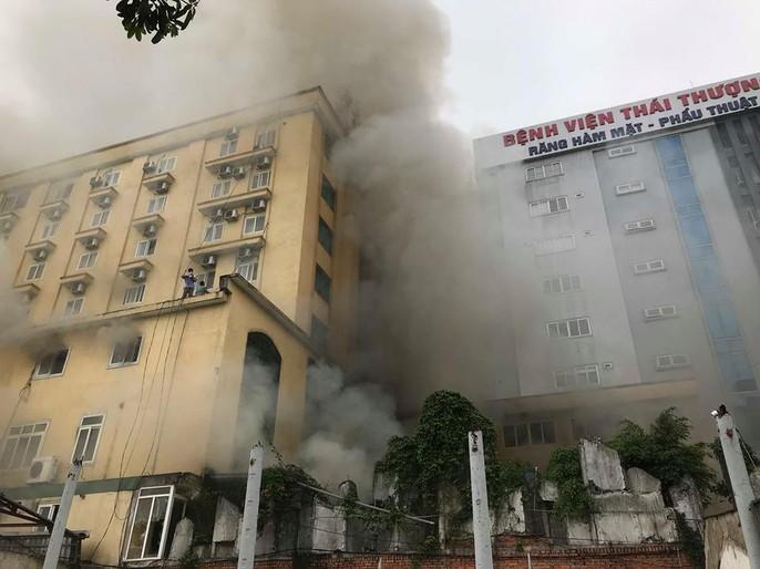 Clip, ảnh cháy lớn tại tổ hợp khách sạn, bar, kaoraoke cạnh bệnh viện - Ảnh 4.