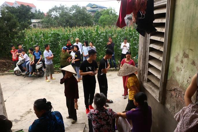 Mẹ nữ sinh lớp 9 bị đánh nghẹn ngào khi Báo Người Lao Động trao tiền hỗ trợ - Ảnh 4.
