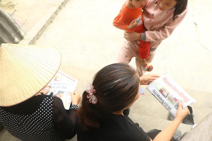 Mẹ nữ sinh lớp 9 bị đánh nghẹn ngào khi Báo Người Lao Động trao tiền hỗ trợ - Ảnh 6.