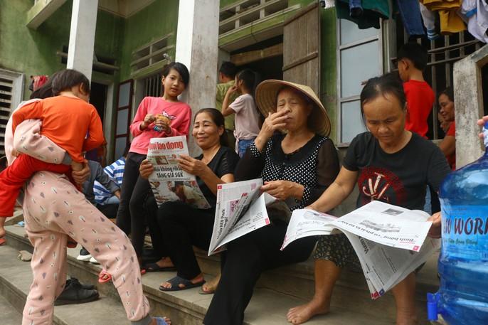 Mẹ nữ sinh lớp 9 bị đánh nghẹn ngào khi Báo Người Lao Động trao tiền hỗ trợ - Ảnh 8.