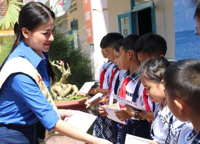 Hoa hậu Trái đất Nguyễn Phương Khánh ra đảo nhặt rác - Ảnh 1.