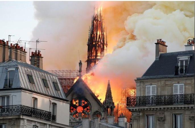 Clip:  Nhà thờ Đức Bà Paris bất ngờ bốc cháy dữ dội - Ảnh 4.