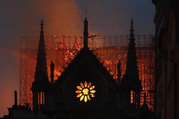 Clip:  Nhà thờ Đức Bà Paris bất ngờ bốc cháy dữ dội - Ảnh 5.