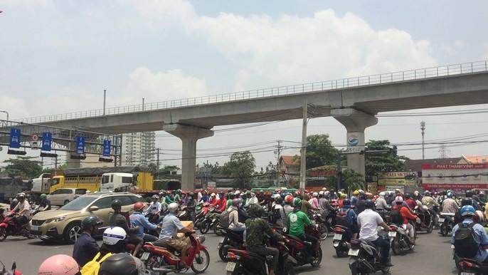 Dòng người đánh vật với kẹt xe, nắng nóng trên xa lộ Hà Nội - Ảnh 7.
