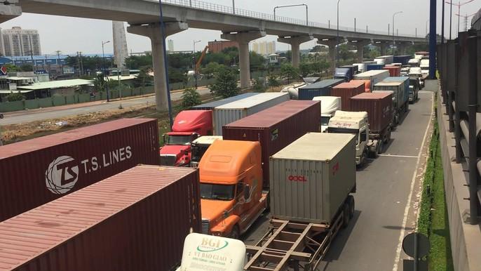 Dòng người đánh vật với kẹt xe, nắng nóng trên xa lộ Hà Nội - Ảnh 2.