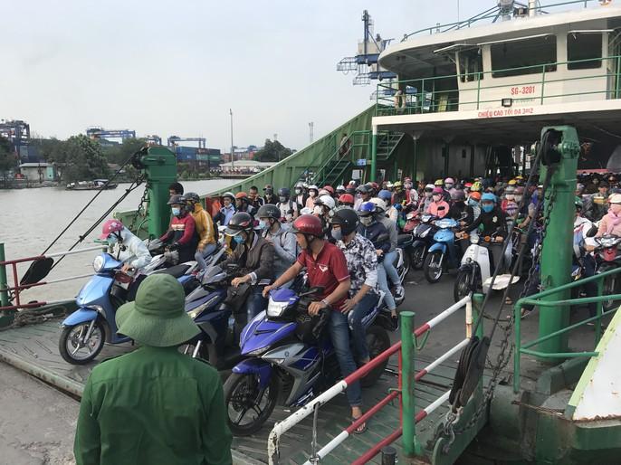 Xe dồn về Vũng Tàu quá đông, vạn người bơ phờ vượt phà, cao tốc - Ảnh 2.