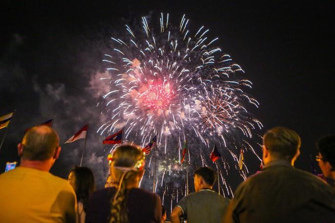 Mãn nhãn với màn pháo hoa chào mừng ngày thống nhất đất nước 30-4 - Ảnh 11.
