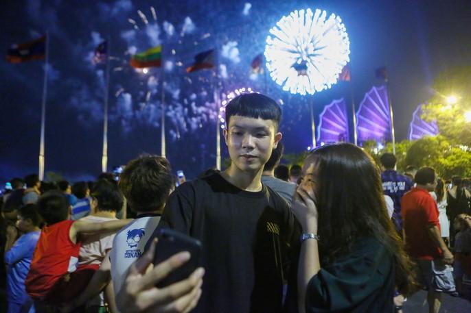 Mãn nhãn với màn pháo hoa chào mừng ngày thống nhất đất nước 30-4 - Ảnh 5.