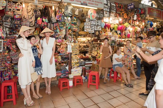 Hoa hậu và Á hậu Trái Đất đi chợ Bến Thành - Ảnh 2.