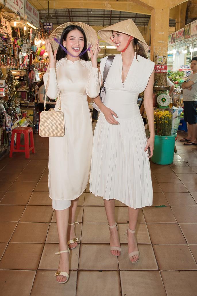 Hoa hậu và Á hậu Trái Đất đi chợ Bến Thành - Ảnh 1.