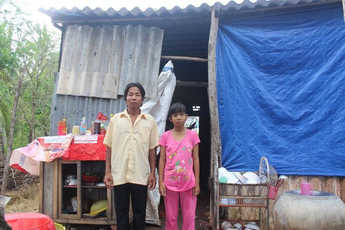 Nhói lòng bé gái rơi nước mắt khi được Báo Người Lao Động tặng nhà nhân ái - Ảnh 3.
