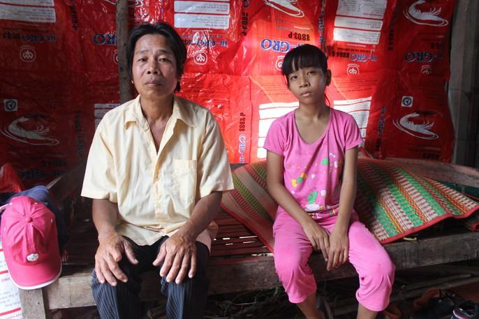 Nhói lòng bé gái rơi nước mắt khi được Báo Người Lao Động tặng nhà nhân ái - Ảnh 5.