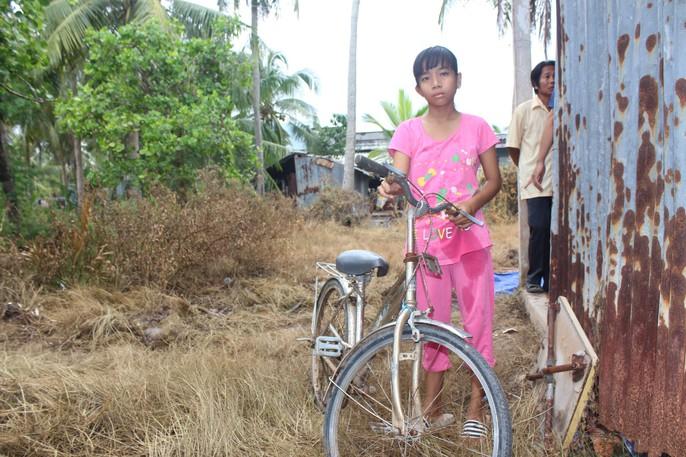 Nhói lòng bé gái rơi nước mắt khi được Báo Người Lao Động tặng nhà nhân ái - Ảnh 6.