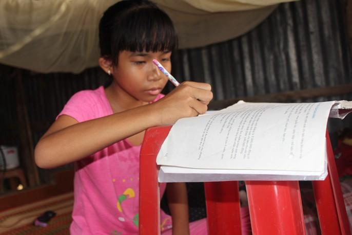 Nhói lòng bé gái rơi nước mắt khi được Báo Người Lao Động tặng nhà nhân ái - Ảnh 8.