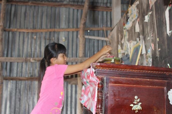 Nhói lòng bé gái rơi nước mắt khi được Báo Người Lao Động tặng nhà nhân ái - Ảnh 9.