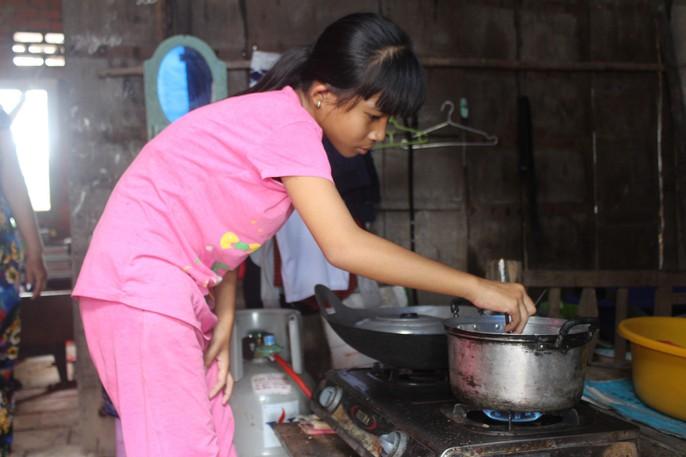 Nhói lòng bé gái rơi nước mắt khi được Báo Người Lao Động tặng nhà nhân ái - Ảnh 10.