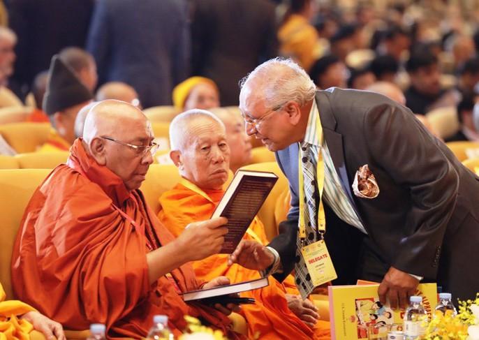 Thủ tướng: Suy nghiệm lời Phật dạy để kiến tạo xã hội tốt đẹp hơn - Ảnh 8.