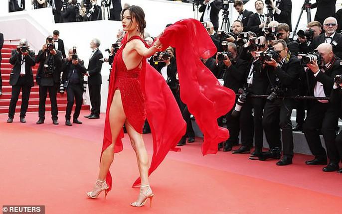 Siêu mẫu đốt mắt với đầm xẻ cao trên thảm đỏ - Ảnh 2.