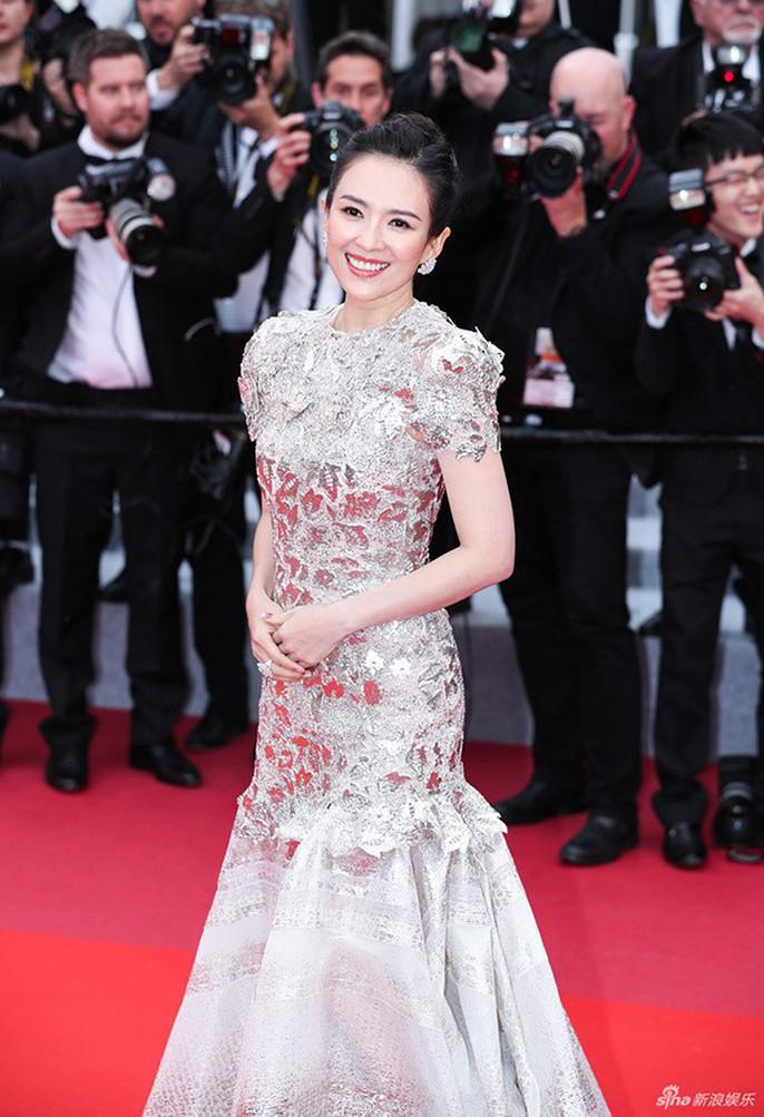 Chương Tử Di cuốn hút trên thảm đỏ Cannes 2019 - Ảnh 2.