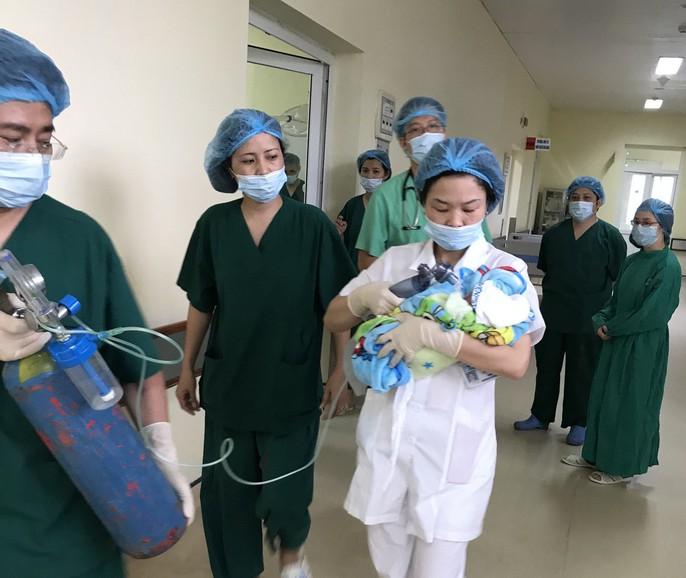 Bác sĩ trào nước mắt đón bé trai chào đời từ người mẹ bị ung thư vú giai đoạn cuối - Ảnh 1.