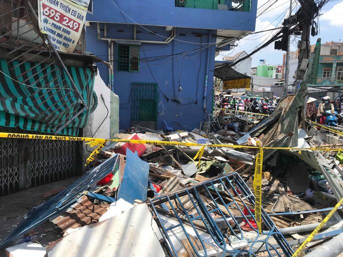 Hiện trường kinh hoàng xe ben tông sập nhà dân lúc đổ dốc cầu - Ảnh 7.
